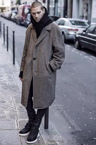 Outfits hombres: Intenta combinar un abrigo largo a cuadros gris junto a unos vaqueros de cuero negros para un lindo look para el trabajo. Haz este look más informal con zapatillas altas de cuero negras.