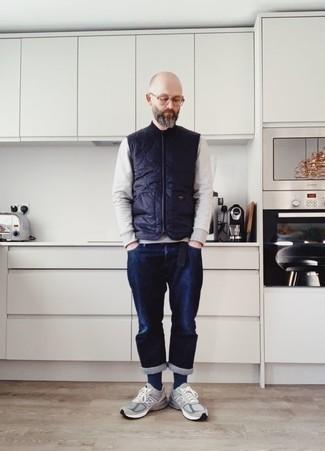 Combinar una sudadera gris en otoño 2020: Utiliza una sudadera gris y unos vaqueros azul marino para una vestimenta cómoda que queda muy bien junta. Para el calzado ve por el camino informal con deportivas grises. Es una opción perfecta si tu buscas un atuendo excelente para las jornadas de otoño.