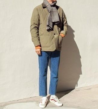 Combinar una bufanda: Elige por la comodidad con una chaqueta con cuello y botones acolchada verde oliva y una bufanda. ¿Te sientes valiente? Opta por un par de tenis en beige.