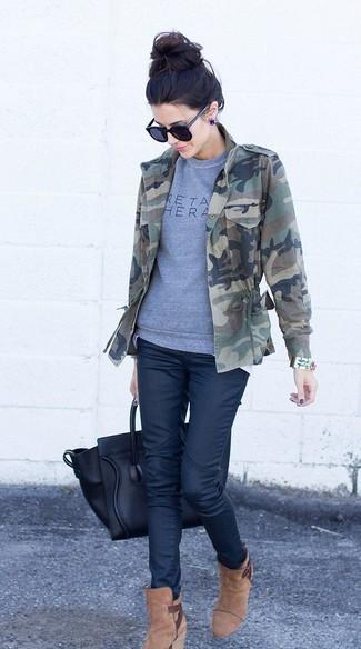 Cómo combinar: botines de ante marrón claro, vaqueros azul marino, sudadera estampada gris, chaqueta militar de camuflaje verde oscuro