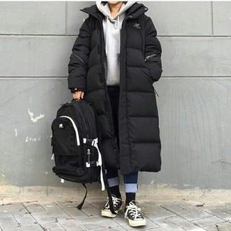 Cómo combinar: tenis de lona en negro y blanco, vaqueros azul marino, sudadera con capucha gris, abrigo de plumón negro