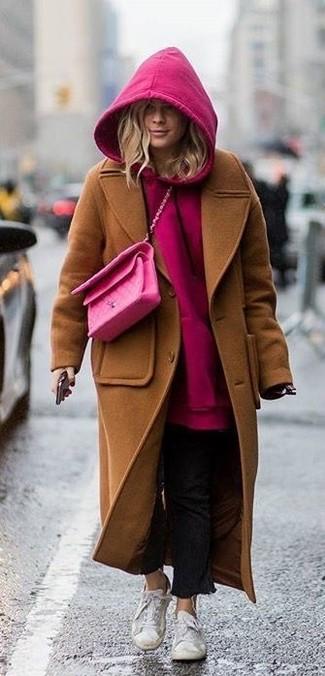 Cómo combinar: tenis blancos, vaqueros negros, sudadera con capucha rosa, abrigo marrón