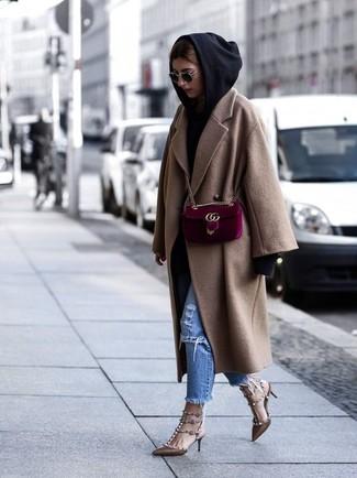 Cómo combinar: zapatos de tacón de cuero con tachuelas marrónes, vaqueros desgastados azules, sudadera con capucha negra, abrigo marrón claro
