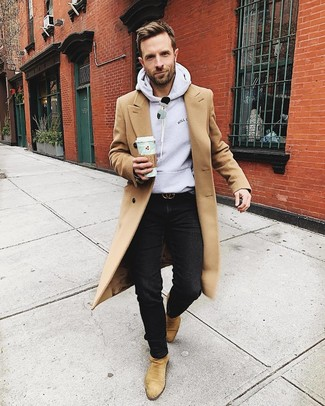 Cómo combinar: botines chelsea de ante marrón claro, vaqueros negros, sudadera con capucha gris, abrigo largo marrón claro