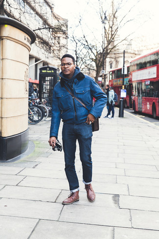 Combinar unas botas brogue de cuero marrónes: Empareja una cazadora de aviador de cuero azul junto a unos vaqueros azul marino para conseguir una apariencia relajada pero elegante. Complementa tu atuendo con botas brogue de cuero marrónes para mostrar tu inteligencia sartorial.