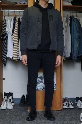 Combinar unos calcetines negros: Una cazadora de aviador en gris oscuro y unos calcetines negros son una opción incomparable para el fin de semana. ¿Te sientes valiente? Haz zapatos derby de cuero negros tu calzado.