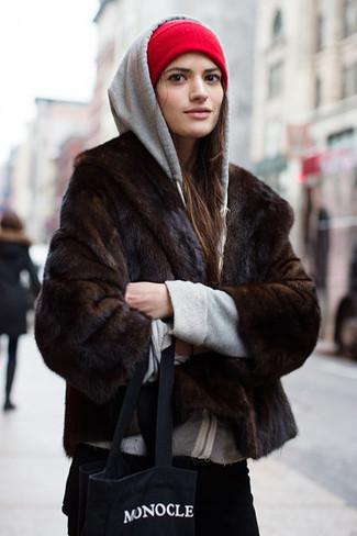 Cómo combinar: bolsa tote de lona estampada en negro y blanco, vaqueros de pana negros, sudadera con capucha gris, chaqueta de piel en marrón oscuro
