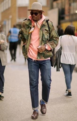 Combinar una chaqueta militar verde oliva: Utiliza una chaqueta militar verde oliva y unos vaqueros azul marino para un look diario sin parecer demasiado arreglada. Con el calzado, sé más clásico y usa un par de mocasín de cuero marrón.