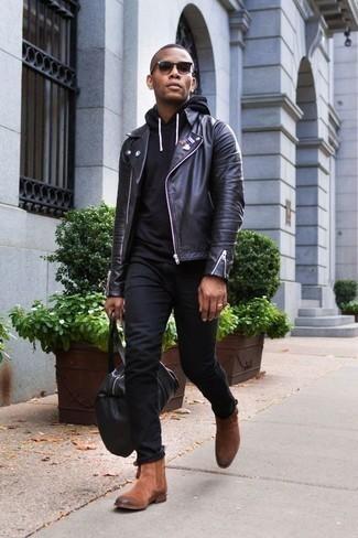 Combinar una sudadera con capucha negra: Considera emparejar una sudadera con capucha negra junto a unos vaqueros negros para una apariencia fácil de vestir para todos los días. Complementa tu atuendo con botines chelsea de ante marrónes para mostrar tu inteligencia sartorial.
