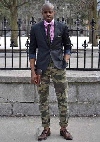 Cómo combinar: zapatos brogue de cuero en marrón oscuro, vaqueros de camuflaje verde oliva, sudadera con capucha de manga corta de cuadro vichy rosa, blazer negro