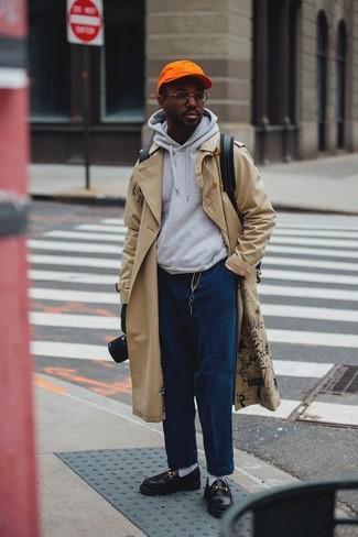 Cómo combinar: mocasín de cuero negro, vaqueros de pana azul marino, sudadera con capucha gris, gabardina en beige