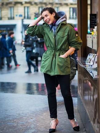 Cómo combinar: zapatos de tacón de satén negros, vaqueros negros, sudadera con capucha gris, parka con cola de pez verde