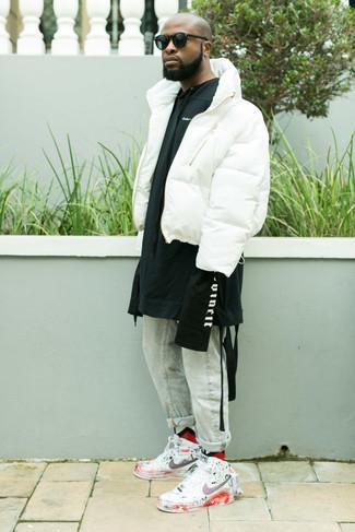 Cómo combinar: zapatillas altas de cuero estampadas blancas, vaqueros celestes, sudadera con capucha estampada en negro y blanco, plumífero blanco
