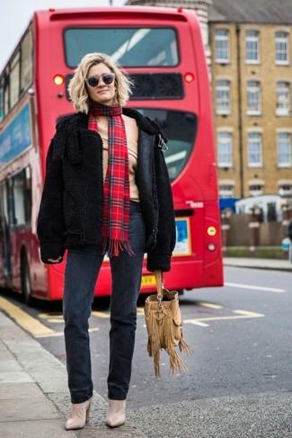 Cómo combinar: botines de ante en beige, vaqueros en gris oscuro, top con hombros descubiertos de lana marrón claro, chaqueta de piel de oveja negra