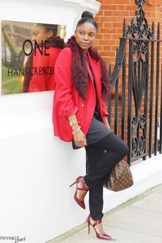 Cómo combinar: zapatos de tacón de cuero burdeos, vaqueros negros, túnica en gris oscuro, blazer rojo