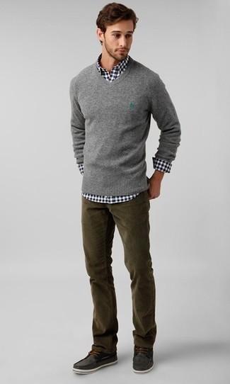 Cómo combinar: náuticos de ante en gris oscuro, vaqueros de pana verde oliva, camisa de manga larga de cuadro vichy en negro y blanco, jersey de pico gris