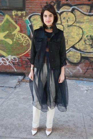 Cómo combinar: zapatos de tacón de cuero blancos, vaqueros blancos, vestido de vuelo de malla negro, chaqueta vaquera negra