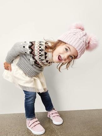 Cómo combinar: zapatillas rosadas, vaqueros azul marino, vestido de tul blanco, jersey gris
