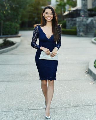 Cómo combinar: vestido ajustado de encaje azul marino, zapatos de tacón de cuero plateados, cartera sobre de cuero blanca, pulsera plateada