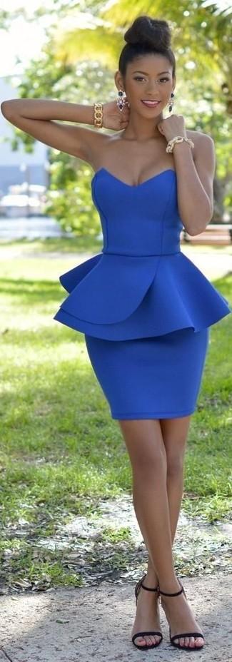 Cómo combinar: vestido ajustado azul, sandalias de tacón de cuero negras, pulsera dorada, pendientes azul marino