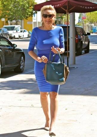 Vestido azul con zapatos beige