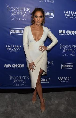 Look de Jennifer Lopez: Vestido Ajustado Blanco, Zapatos de Tacón de Cuero Dorados, Pendientes Celestes, Anillo Celeste