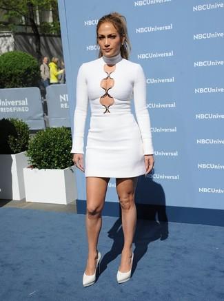 Look de Jennifer Lopez: Vestido Ajustado con Recorte Blanco, Zapatos de Tacón de Cuero Blancos