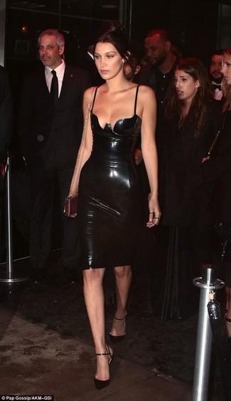 Cómo combinar: vestido ajustado de cuero negro, zapatos de tacón de cuero negros, cartera sobre de cuero dorada