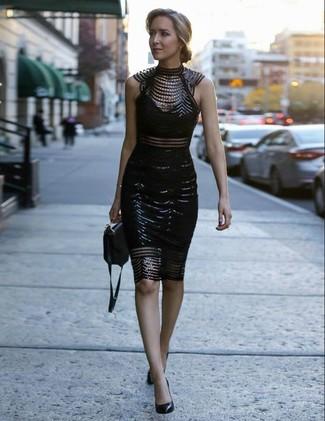 Utiliza un vestido ajustado de encaje con adornos negro para un almuerzo en domingo con amigos. Zapatos de tacón de cuero negros añaden la elegancia necesaria ya que, de otra forma, es un look simple.