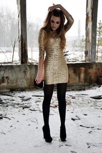 Cómo combinar: vestido ajustado de lentejuelas dorado, zapatos de tacón de ante negros, cartera sobre de ante negra, medias de lana negras