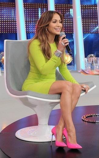 Look de Jennifer Lopez: Vestido Ajustado en Amarillo Verdoso, Zapatos de Tacón de Cuero Rosa, Pulsera Plateada, Anillo Plateado