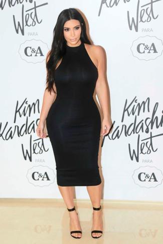 Look de Kim Kardashian: Vestido Ajustado Negro, Sandalias de Tacón de Cuero Negras