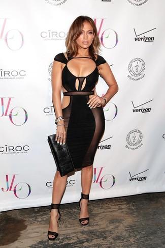Look de Jennifer Lopez: Vestido Ajustado con Recorte Negro, Sandalias de Tacón de Cuero Negras, Cartera Sobre de Cuero Negra, Pulsera Negra