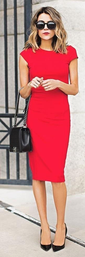 Opta por un vestido ajustado rojo para lidiar sin esfuerzo con lo que sea que te traiga el día. Con el calzado, sé más clásico y elige un par de zapatos de tacón de cuero negros.