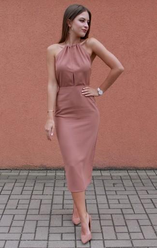 Cómo combinar: vestido ajustado rosado, zapatos de tacón de ante rosados, reloj de cuero blanco