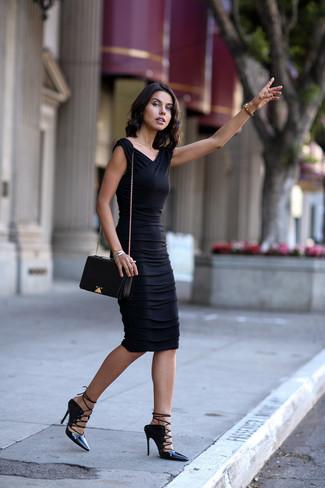 Cómo combinar: vestido ajustado negro, sandalias romanas de cuero negras, bolso bandolera de cuero negro, pulsera plateada