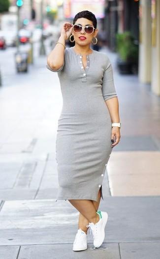 Cómo combinar: vestido ajustado gris, tenis de cuero blancos, gafas de sol blancas, pulsera dorada