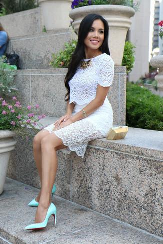 Vestido blanco con zapatos verdes