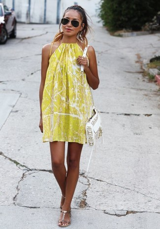 Look de moda: Vestido Amplio Estampado Amarillo, Sandalias Planas de Cuero Doradas, Bolso Bandolera de Cuero Blanco, Gafas de Sol Negras
