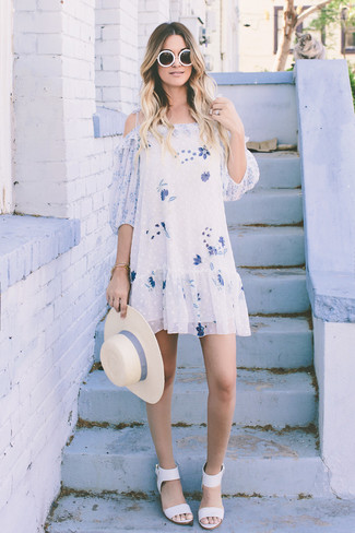 Look de moda: Vestido Amplio con print de flores Blanco, Sandalias de Tacón de Cuero Blancas, Sombrero de Paja en Beige, Gafas de Sol Blancas