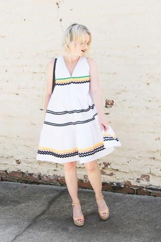 Cómo combinar: vestido amplio bordado blanco, sandalias con cuña de cuero marrón claro, bolso bandolera de cuero negro