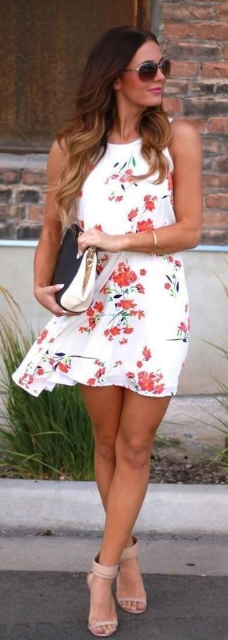 Cómo combinar: vestido amplio con print de flores en blanco y rojo, sandalias de tacón de cuero en beige, cartera sobre de cuero en negro y blanco, gafas de sol en marrón oscuro