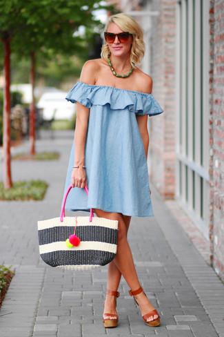 Look de moda: Vestido Amplio Celeste, Sandalias de Tacón de Cuero Marrónes, Bolsa Tote de Paja de Rayas Horizontales Blanca, Gafas de Sol Marrónes