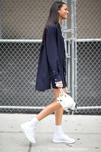 Los días ocupados exigen un atuendo simple aunque elegante, como una vestido camisa azul marino. Deportivas blancas añaden un toque de personalidad al look.