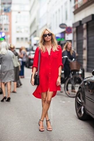 Cómo combinar: vestido camisa roja, blusa sin mangas negra, sandalias de tacón de cuero morado, bolso bandolera de cuero negro