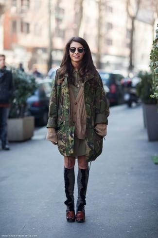 Cómo combinar: zapatos de tacón de cuero burdeos, vestido camisa verde oliva, cárdigan de punto marrón, parka de camuflaje verde oscuro