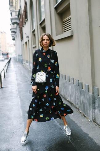 Elige una vestido camisa estampada negra para conseguir una apariencia glamurosa y elegante. Opta por un par de zapatos oxford de cuero plateados de mujeres de Stella McCartney para destacar tu lado más sensual.