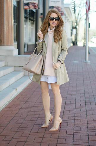 Cómo combinar: zapatos de tacón de cuero en beige, vestido camisa blanca, jersey con cuello vuelto holgado en beige, gabardina en beige