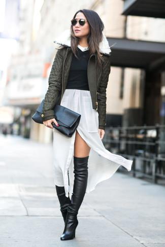Cómo combinar: botas sobre la rodilla de cuero negras, vestido camisa de seda blanca, jersey corto negro, cazadora de aviador acolchada verde oliva