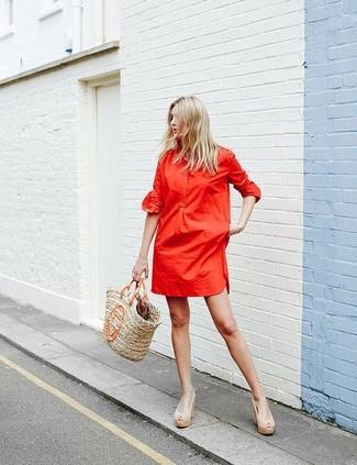 Cómo combinar: vestido camisa roja, sandalias con cuña de cuero en beige, bolsa tote de paja marrón claro